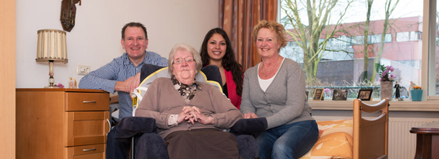 Omzorg biedt mantelzorgers begeleiding en advies bij dementie. Met een persoonlijke aanpak houden we het vertrouwde ritme zolang mogelijk in stand.