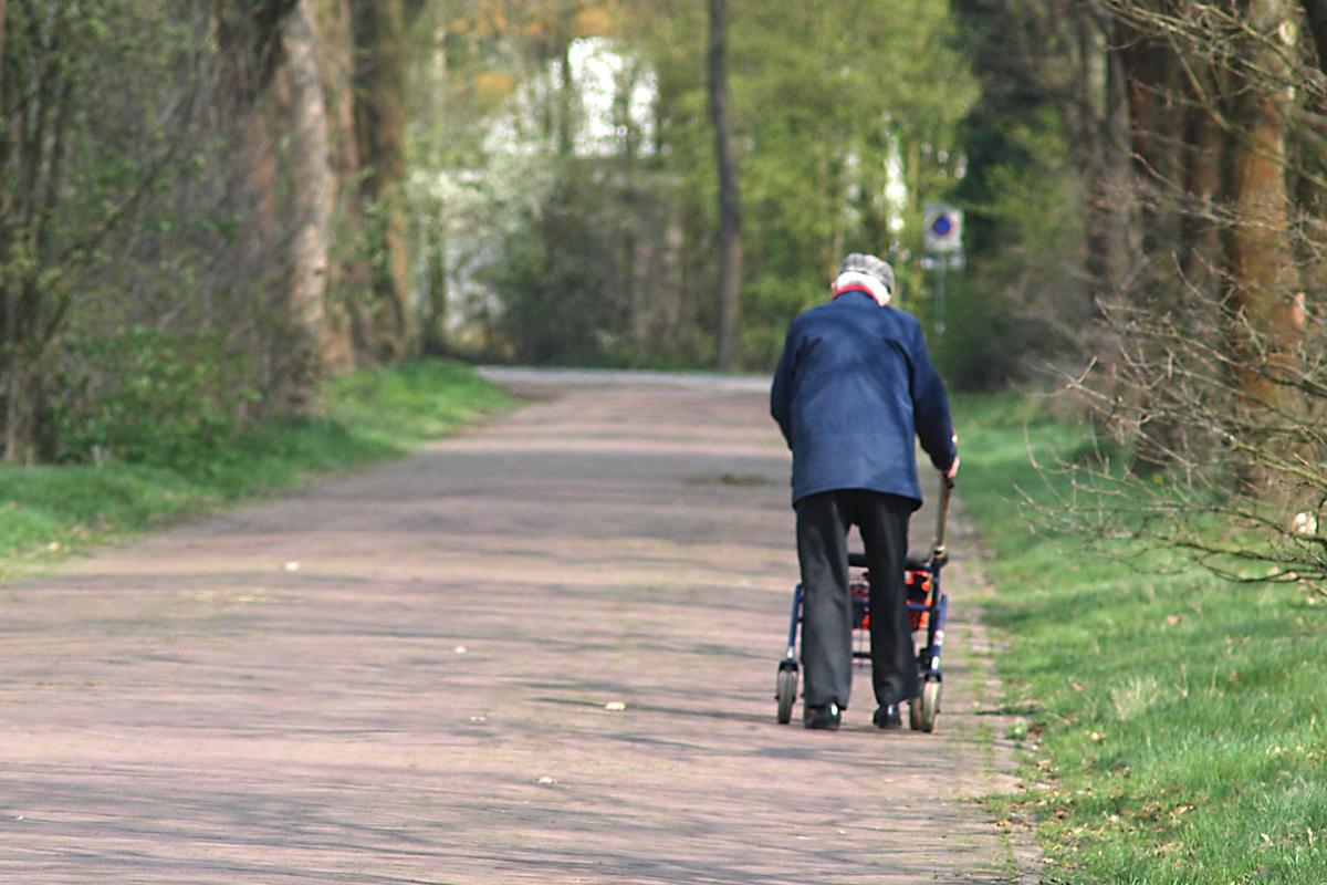 Afbeeldingsresultaat voor oude man met rollator