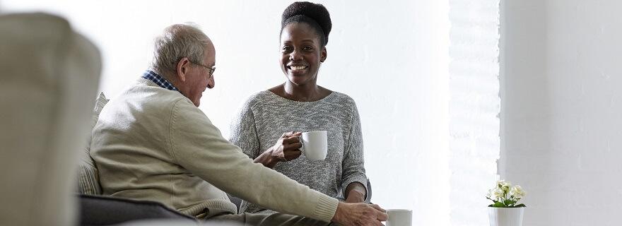 Omzorg gezelschap dienst ouderen gezelschap houden